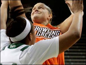 Bowling Green's Jill Stein (40) puts up two points.