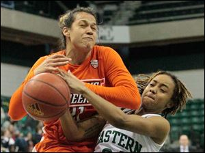 Bowling Green's Erica Donovan (21) is fouled by Eastern Michigan's Cha Sweeney (24) during the second half.