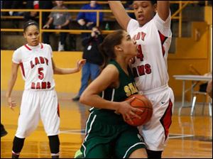 Start's Mariah White is guarded by Rogers' Keasja Peace.