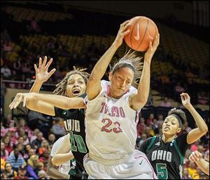 Toledo's Inma Zanoguera snags a rebound over Ohio's Lexie Baldwin (10) and Quiera Lampkins. Zanoguera had 12 points.