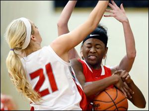 Rogers' Sasha Dailey (1) tries to get past Bowling Green's Hanna Williford (21).