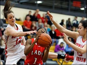 Bowling Green's Kendal Glandorff (12) and Tyanna Smith (15) defend against Rogers' Sasha Dailey (1).