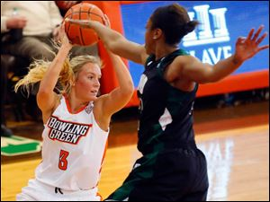 Bowling Green's Deborah Hoekstra looks for a pass through the defense of Ohio University's Destini Cooper.