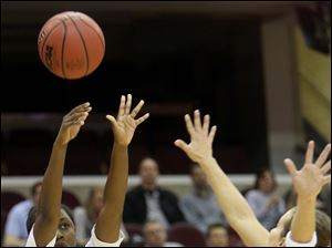 Bowling Green's Jasmine Matthews (1) puts up a three point field goal during the first half.