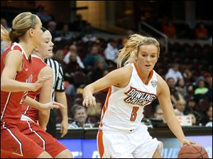 Bowling Green's Deborah Hoekstra (3) looks for an opening as she drives toward the lane under pressure.