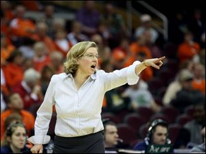 Bowling Green head coach Jennifer Roos calls out to her team during the second.