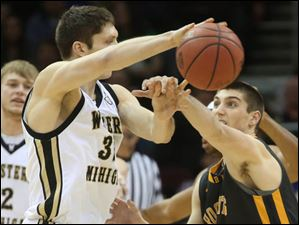 Toledo's Jordan Lauf (25) attempts to prevent Western Michigan's Taylor Perry (32) from passing in the second half.