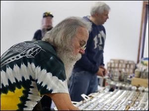Butler, Pa. resident Tony Heitzer looks at cone top beer cans.