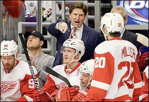 Red Wings head coach Mike Babcock talks to his team during the first period against Chicago in a battle of former Western Conference rivals.