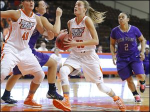 Bowling Green State University player Miriam Justinger (30) finds an open lane to the basket against High Point University during the second half.