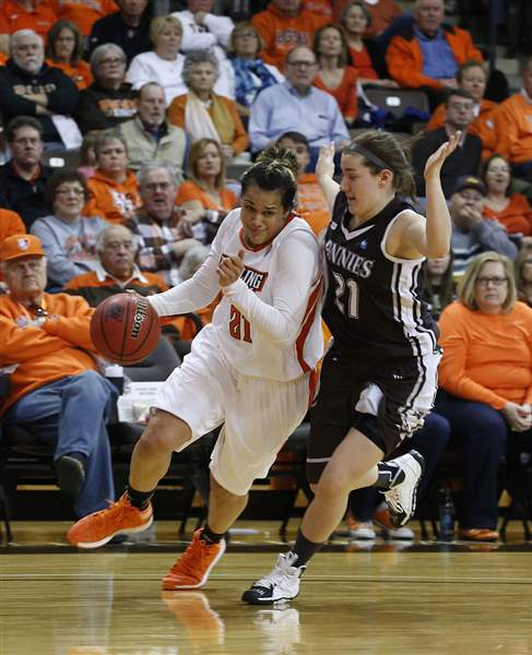 Bowling-Green-s-Erica-Donovan-dribbles-around-St