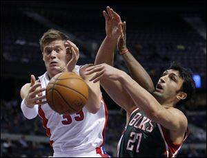Detroit Pistons forward Jonas Jerebko, left, of Sweden, grabs a rebound in front of Milwaukee Bucks center Zaza Pachulia (27) during the first half.