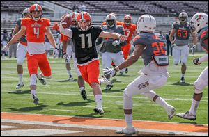 Bowling Green quarterback Matt Johnson scores a touchdown in front of Alphonso Mack in Saturday's spring game.