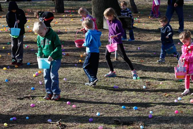 Kids-search-for-eggs