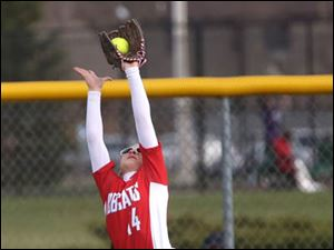 Bowling Green's Angie Hoffsis stretches to make the catch.