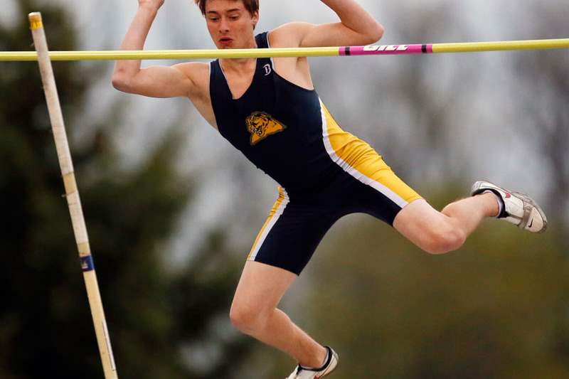 SPT-sfrelays02Austin-Hanna-of-Whitmer-competes-in-the-pole-vault