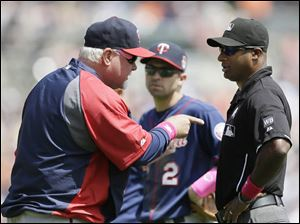 Twins manager Ron Gardenhire argues a call with umpire Alan Porter during the fourth inning;