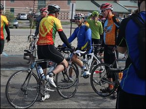 John Gray of Oregon, center, talks with other cyclists during a clinic.