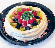 Pavlova-with-lemon-curd