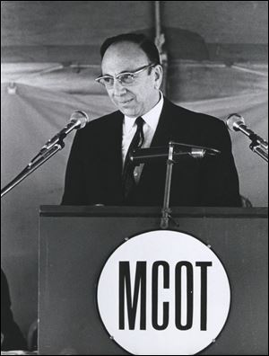 Paul Block, Jr., speaks at the dedication of the Medical College of Ohio.
