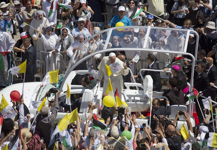 Mideast-Pope-people-greeting