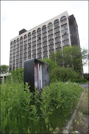 The cost to raze the former Clarion Hotel on Reynolds Road in South Toledo has bal-looned to more than $800,000.