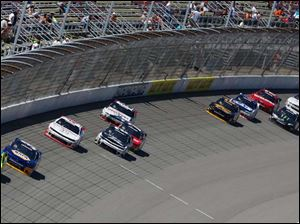 Paul Menard leads the pack at Lap 73. In second is Chase Elliott.