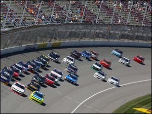 Paul Menard, front right, leads the pack on Lap 72 after a caution.