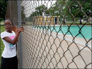 Trinity Temple, 9, left, and her twin brother Cincere Temple, 9, right, look at the pool.