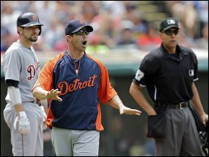 Detroit Tigers manager Brad Ausmus, center, argues that time wasn't called when Nick Castellanos, left, ran home from third in the fourth inning.