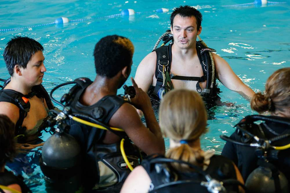 CTY-scuba26pAqua-Hut-instructor-candidate-Zech-Hites-instructs-students