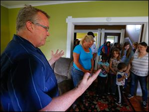 Pastor Steve North leads guests in prayer.