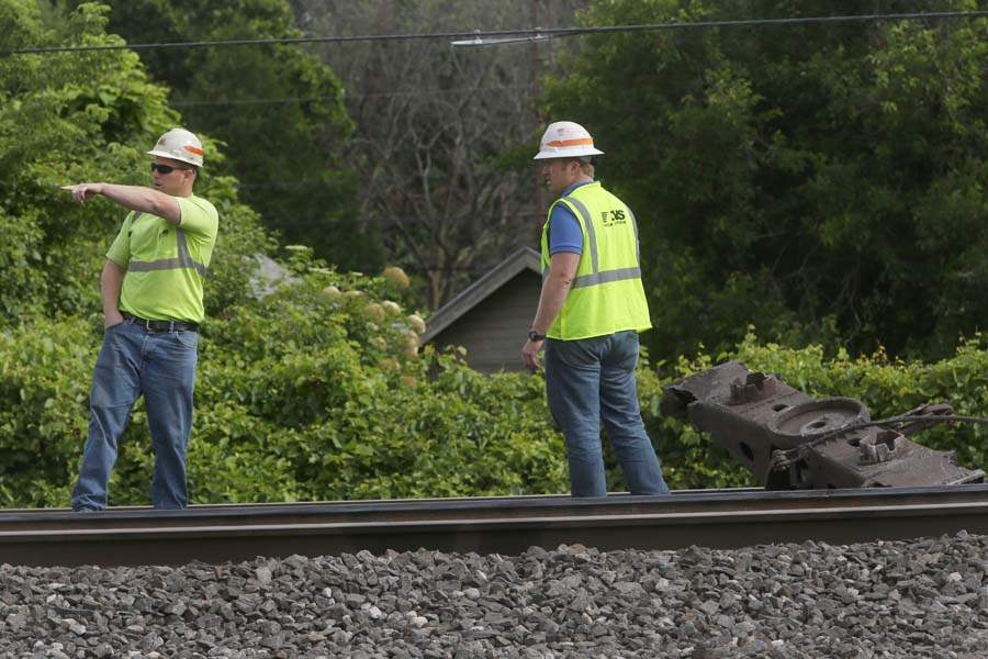 CTY-TrainDerail04p-Norfolk-Southern-employees