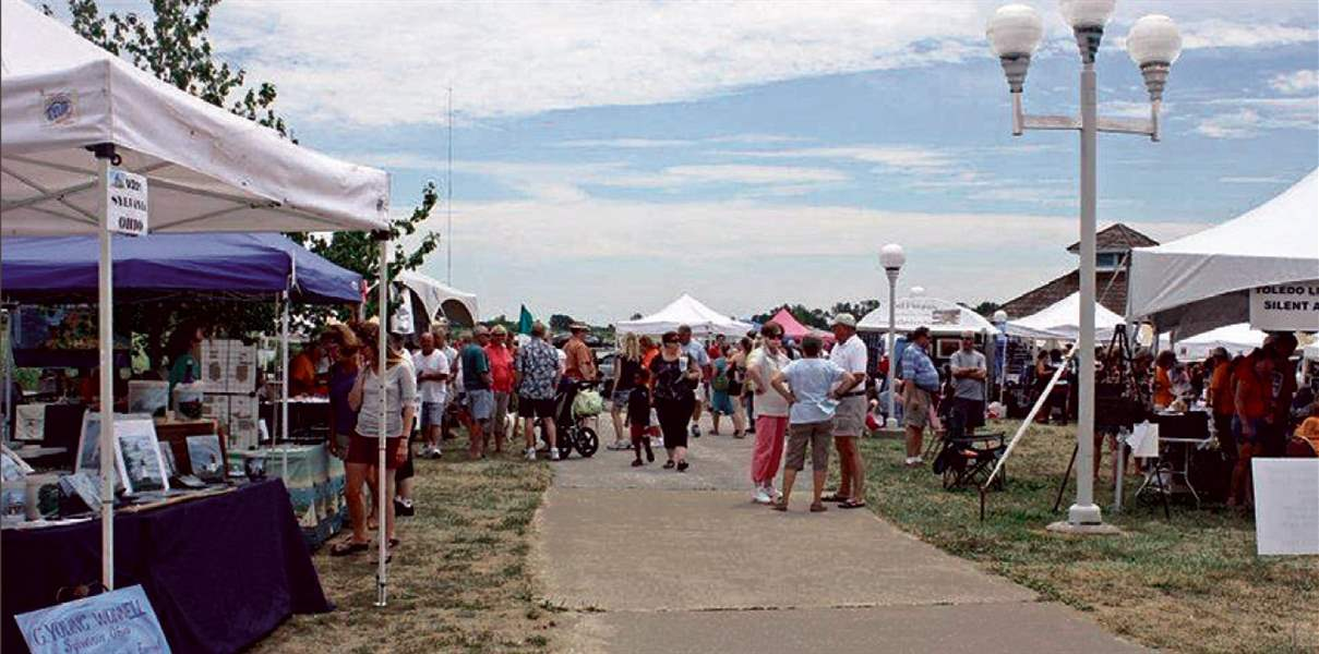 Festivalgoers-enjoy-the-arts-and-crafts-show-duri