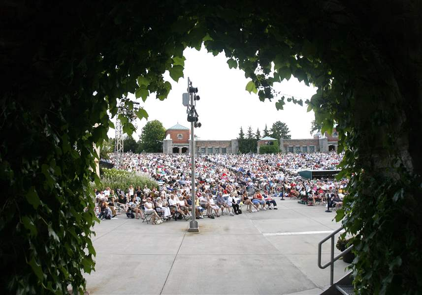 MAG-stars01PThe-Toledo-Zoo-amphitheater-is-pack