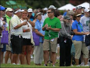 Fans applaud Laura Diaz as she finishes at Hole 9.
