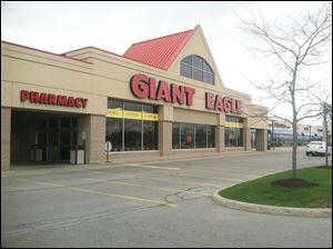 A real estate firm calls a drop in retail vacancies significant be-cause it occurred after Giant Eagle recently closed two area stores.