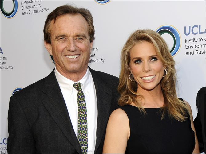 Actress Cheryl Hines and her fiance Robert F. Kennedy Jr. are planning to wed at the Kennedy compound on Cape Cod.