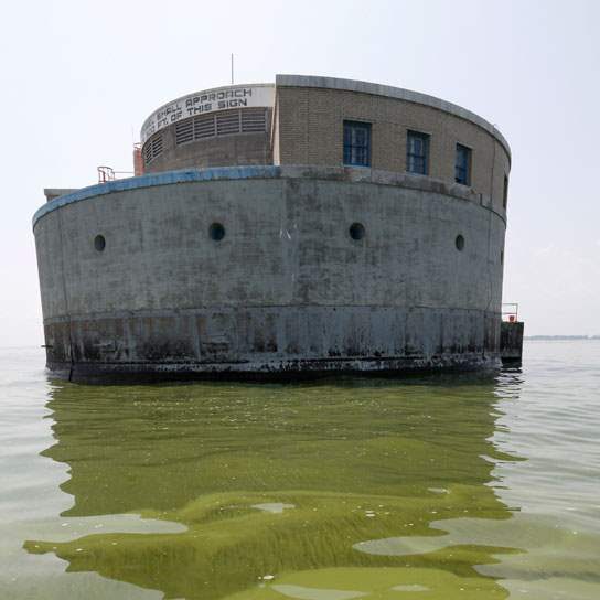 CTY-algae04pAlgae-is-visible-in-Lake-Erie-near-the-Toledo-water-intake-crib