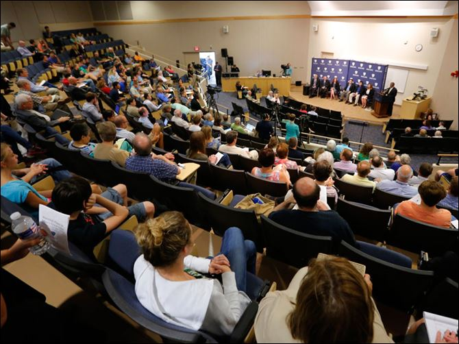 CTY algae05A large crowd listens.  More than 200 peo­ple at­tended a six-mem­ber panel dis­cus­sion that the Uni­ver­sity of Toledo quickly put to­gether. The forum was in re­sponse to the un­prece­dented event that sent 500,000 metro Toledo res­i­dents scram­bling for bot­tled wa­ter.