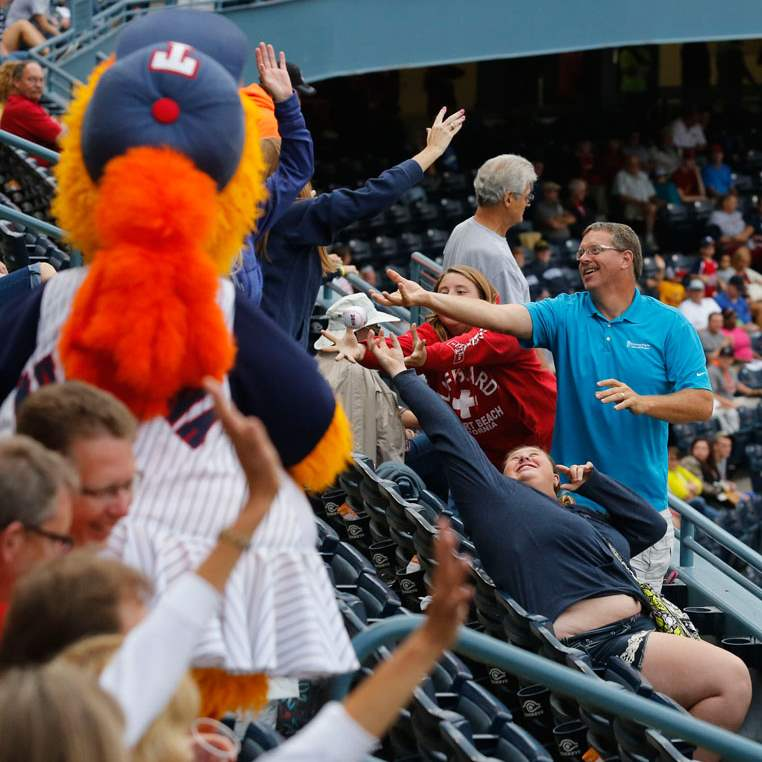 SPT-hens13pMuddona-throws-soft-baseballs-to-fans