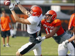 BGSU's Austin Valdez tries to tackle Gehrig Dieter before he catches the ball.