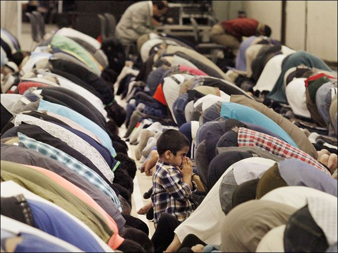 n7detroit Worshippers bow for Asr, or afternoon prayer,  at the 51st annual Islamic Society of North America Convention at Cobo Center in Detroit. Former President Jimmy Carter is to present the keynote speech today. The convention concludes Monday.