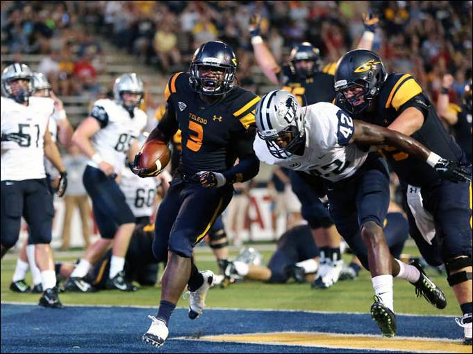 University of Toledo RB Kareem Hunt (3) scores a touchdown against New Hampshire defender Akil Anderson (42).