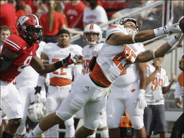 Bowling Green's Heath Jackson can't catch a pass in front of Wisconsin's Sojourn Shelton (8).