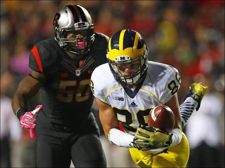 Michigan tight end Jake Butt (88) makes a catch inside the 5-yard line as Rutgers linebacker Quentin Gause defends.