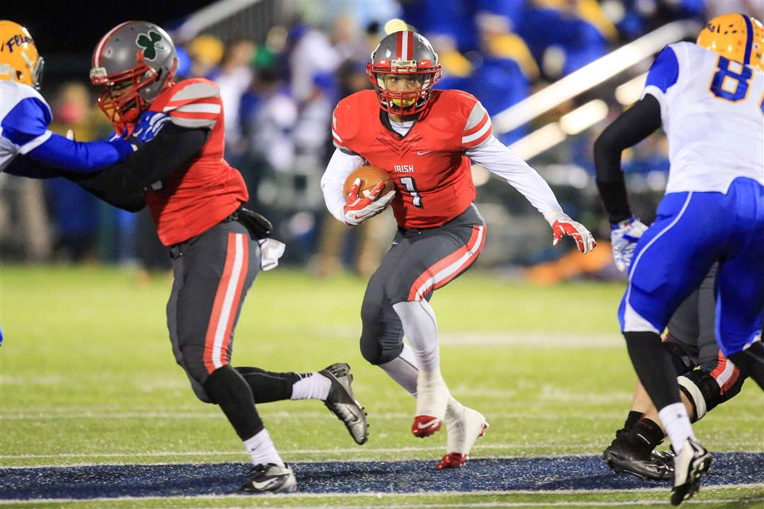 SPT-CCclyde22pvCentral-Catholic-RB-Tre-Von-Wade-1-runs-the