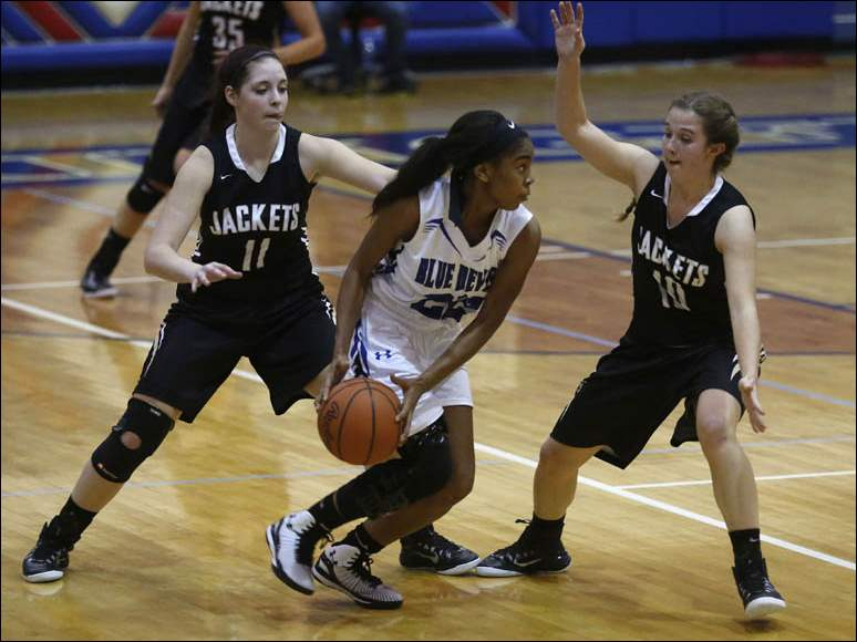 Springfield's Jewel Rollins is trapped between Perrysburg's Taylin Hunter, 11, and Erika Joldrichsen.