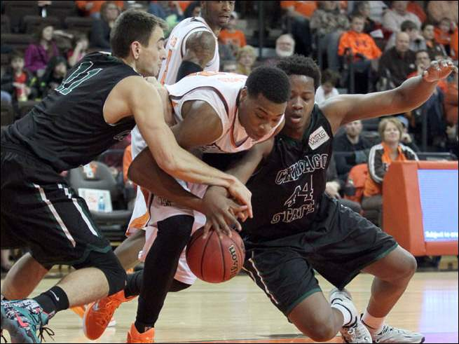 BGSU forward Richaun Holmes (22) battles Chicago State defenders Jared Dimakos (11) and Quron Davis for a loose ball.
