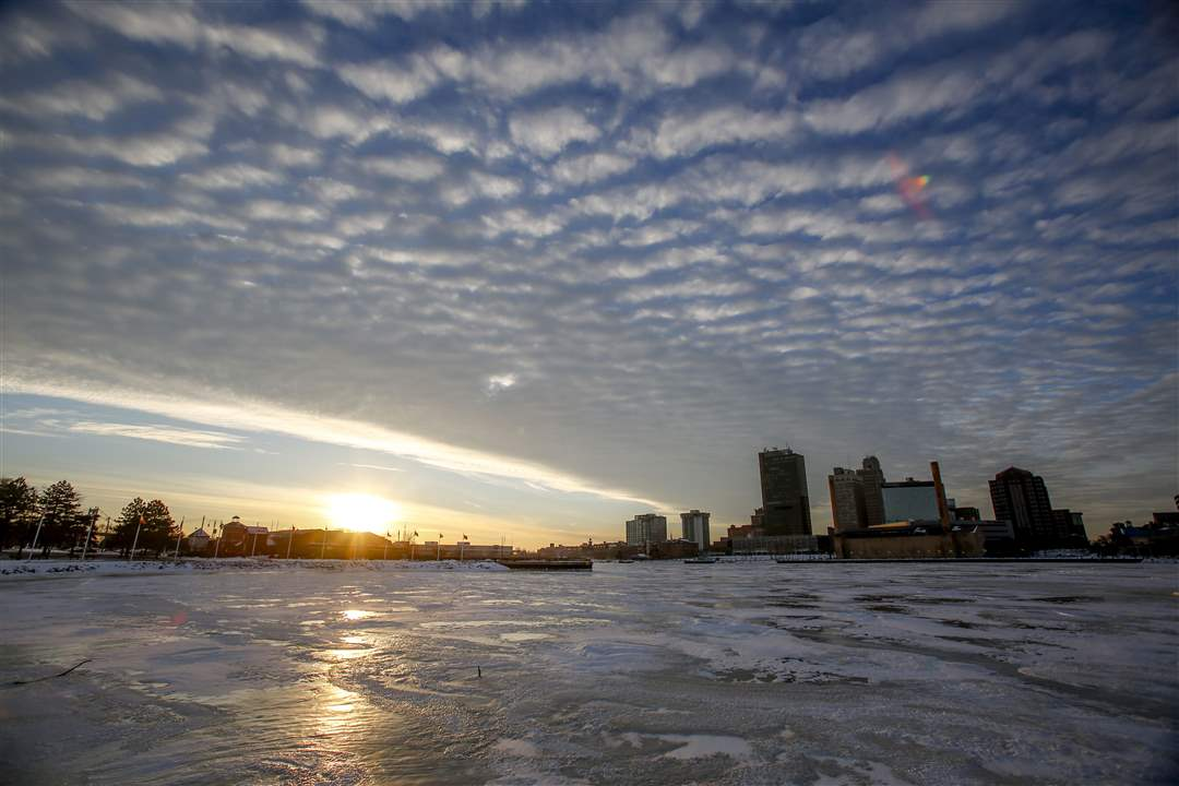 ROV-cold10pThe-Maumee-River-is-frozen-over-on-a